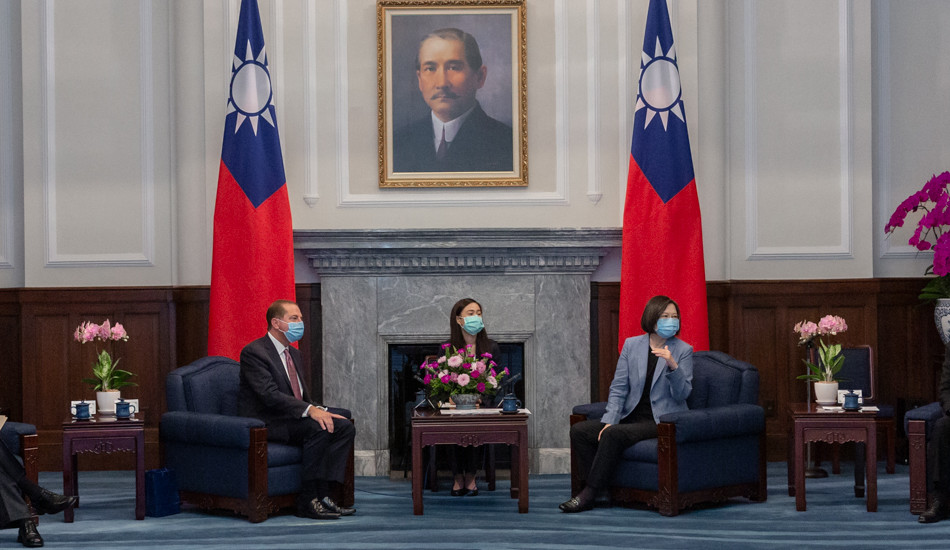 Alex Azar (left) meets with President Tsai Ing-Wen (right) during his visit to Taiwan. (Image: 總統府 via flickr CC BY 2.0 )
