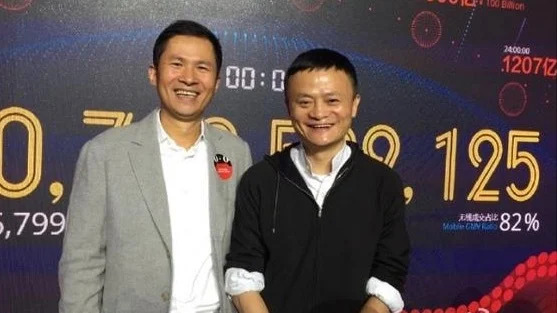 Jack Ma and Qian Fenglei pose for the camera together