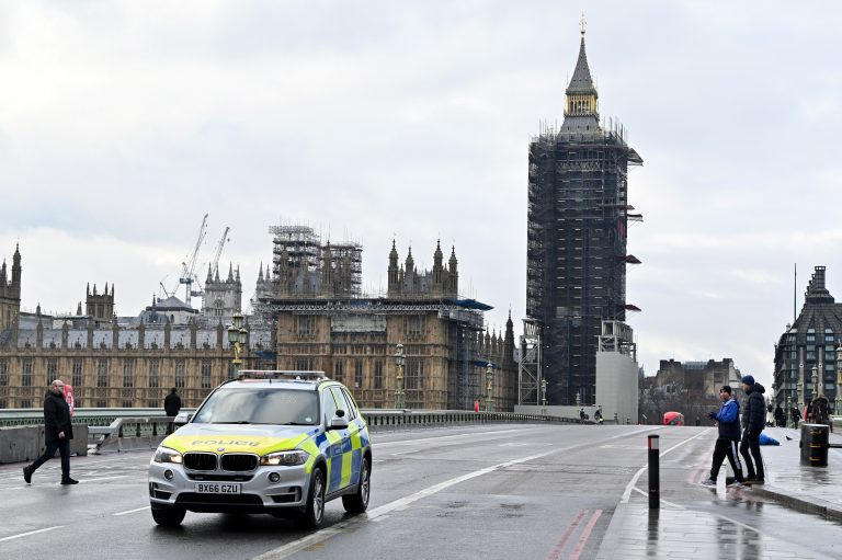 A police vechile patrols on a near-deserted Westminster Bridge in central London on January 16, 2021, during the third nationwide novel coronavirus COVID-19 lockdown. - All arrivals to the UK will have to quarantine and show negative virus tests from next week, British Prime Minister Boris Johnson said Friday, as hospitalisations and deaths continued to soar but new cases fell.