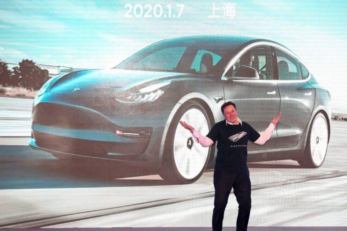 Il CEO di Tesla Elon Musk fa un gesto durante la cerimonia a Shanghai del 7 gennaio 2020, per la consegna del Model 3 prodotta da Tesla in Cina. Tesla è stata presa di mira dalle autorità del PCC dopo che si è verificata una strana protesta al Salone dell'Auto di Shanghai secondo cui il più grande produttore di veicoli elettrici al mondo aveva freni difettosi. (Immagine: STR / AFP tramite Getty Images)