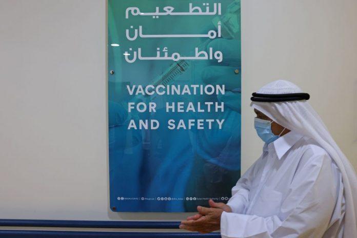 Un uomo emiratino, che indossa una maschera protettiva. Il legame della Cina con l'E.A.U. si sta rafforzando con una produzione di massa del vaccino Sinopharm ampiamente utilizzato nel piano vaccinale degli E.A.U. con 8 milioni di dosi. (Immagine: GIUSEPPE CACACE/AFP tramite Getty Images)