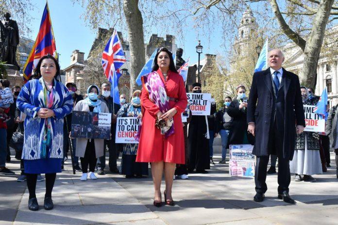 I deputati del partito conservatore britannico Nusrat Ghani (C) e Iain Duncan Smith (R) si uniscono ai membri della comunità uigura mentre chiedono al parlamento di votare per riconoscere la persecuzione degli uiguri come genocidio e crimini contro l'umanità a Londra il 22 aprile 2021.