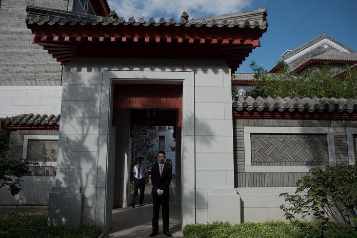 Ingresso principale del collegio Schwarzman presso l'università Tsinghua di Pechino, il 10 settembre 2016. Il furto di proprietà intellettuale del Partito Comunista Cinese e la politica estera asimmetrica hanno portato a fastidiose perdite per il mondo libero. (Immagine: NICOLAS ASFOURI / AFP tramite Getty Images)
