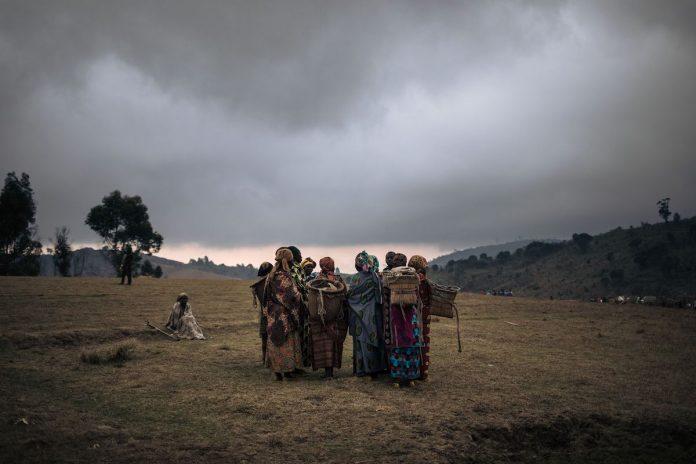 Almeno due medici dell'OMS hanno presumibilmente abusato sessualmente di donne congolesi. Nella foto sono raffigurate donne sfollate che si riuniscono per una discussione sui recenti rapimenti e aggressioni sessuali commesse da uomini armati intorno al campo di sfollati interni di Bijombo, provincia del Sud Kivu, Repubblica Democratica del Congo orientale, il 9 ottobre 2020.(Immagine: ALEXIS HUGUET / AFP tramite Getty Images)