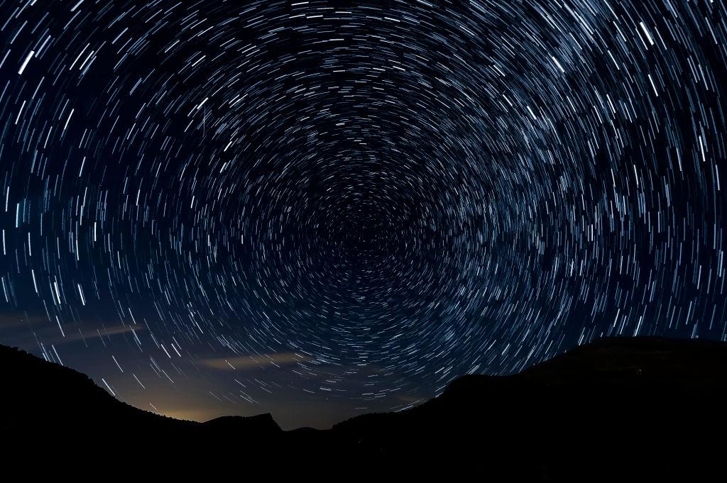 Foto di esposizione multipla di meteore da Sad Hill, Contreras, Spagna. La Terra gira più velocemente e anche il suo