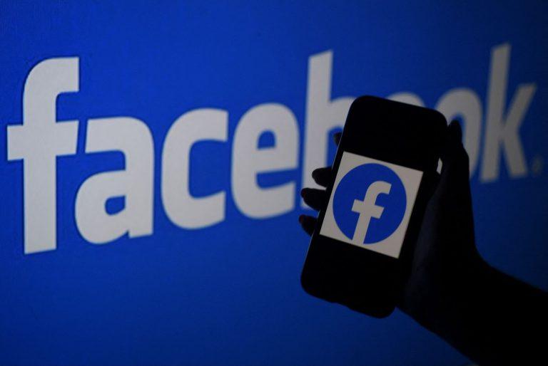 In questa illustrazione fotografica, lo schermo di uno smartphone mostra il logo di Facebook sullo sfondo del sito web di Facebook, il 7 aprile 2021, ad Arlington, in Virginia. (Immagine: OLIVIER DOULIERY/AFP tramite Getty Images)
