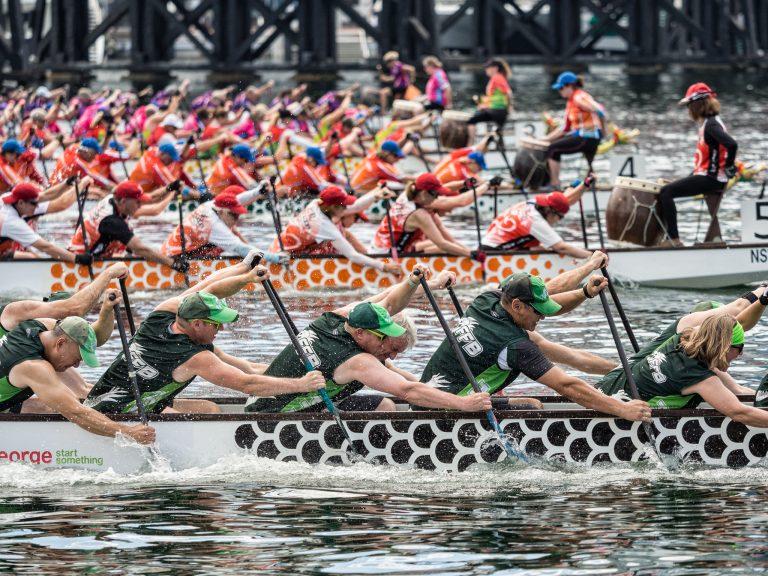 Le gare delle barche drago sono un evento estivo tradizionale in tutta l'Asia. La popolarità sta crescendo in tutto il mondo e gli spettatori si accalcano per assistere al divertimento e all'eccitazione di queste gare. (Immagine: Marc Dalmulder tramite FlickrCC BY 2.0)