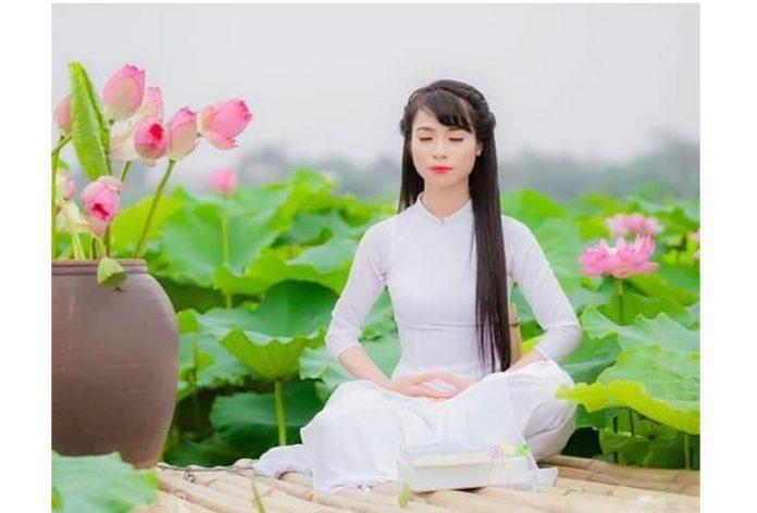 La posizione del loto pieno è ottima per raggiungere la trance nella meditazione e, secondo la medicina tradizionale cinese, aiuta a rivitalizzare il corpo. Qui, una donna dimostra la meditazione seduta nella pratica spirituale della Falun Dafa. (Immagine: Faluninfo.net tramite Pinterest)