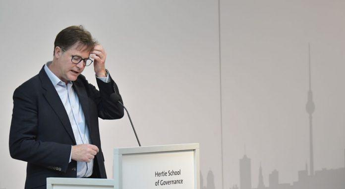 Il vicepresidente di Facebook Nick Clegg tiene un discorso alla Hertie School of Governance di Berlino, il 24 giugno 2019. I verbali di un incontro tra Clegg e il vicepresidente della Commissione europea Vera Jourova del novembre 2020 dimostrano che l'esecutivo di Facebook ha ammesso che i fact checker impiegati dal gigante hanno la loro agenda politica. (Immagine: TOBIAS SCHWARZ/AFP tramite Getty Images)