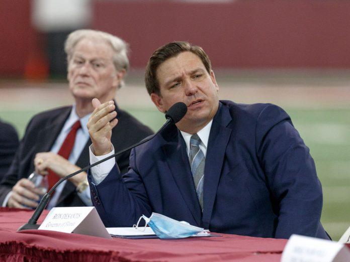 Il governatore della Florida Ron DeSantis parla durante una tavola rotonda di atletica leggera. (Immagine: Don Juan Moore/Getty Images)