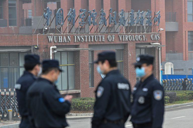 Personale di sicurezza di guardia a Wuhan fuori dall'Istituto di virologia mentre il 3 febbraio 2021 i membri del team dell'Organizzazione mondiale della sanità (OMS) che indagano sulle origini del coronavirus (COVID-19), fanno visita all'interno dell'istituto, nella provincia centrale cinese dell'Hubei. (Foto di Hector RETAMAL / AFP) (Foto di HECTOR RETAMAL / AFP tramite Getty Images)