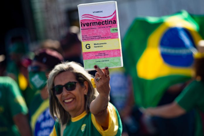 Un sostenitore del presidente del Brasile Jair Bolsonaro tiene in mano una grande scatola di Ivermectin, usata da molte persone per curare il virus SARS-CoV-2, il 15 maggio 2021 a Brasilia, in Brasile. Un recente studio sull'American Journal of Therapeutics che ha analizzato diversi altri studi sembrava confermare che il farmaco antiparassitario, che ha anche proprietà antivirali, ha un valore significativo per il trattamento del COVID-19. (Immagine: Andressa Anholete/Getty Images)