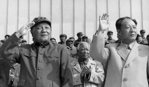 ex presidente del PCC  Hu Yaobang (R, 1915-89) e Deng Xiaoping (1904-97)