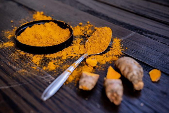 Sebbene sia facilmente disponibile in polvere secca, la curcuma in forma fresca è il modo migliore per ottenere tutti i benefici di questa spezia medicinale. (Immagine: Karl Solano tramite Pexels)