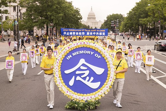 I praticanti del Falun Gong marciano in una manifestazione del 2018 a Washington DC. Lo fanno in memoria degli altri membri che sono stati assassinati dal Partito Comunista Cinese. I praticanti si sono nuovamente radunati nella capitale americana il 16 luglio per chiedere la fine della persecuzione e genocidio durato 22 anni a danno dei 100 milioni di cittadini cinesi che un tempo praticavano e studiavano gli esercizi meditativi. (Immagine: Associazione Falun Dafa di Washington, DC)