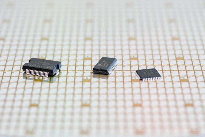 Nuovo tipo di wafer da 300 millimetri con chip semiconduttori e microchip finiti prodotto dalla Bosch è presentato a Dresda, nella Germania orientale, il 31 maggio 2021. (Immagine: JENS SCHLUETER/AFP tramite Getty Images)