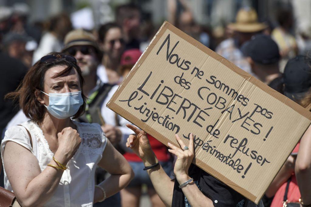 17 luglio 2021, Nantes, Francia occidentale. Una donna tiene in mano un cartello con la scritta