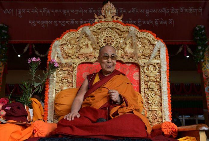 Il leader spirituale tibetano, il Dalai Lama, siede per i suoi insegnamenti durante il