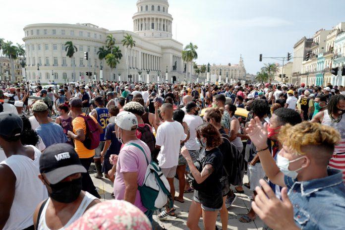 L'11 luglio 2021 le persone prendono parte a una manifestazione contro il governo del presidente cubano Miguel Diaz-Canel all'Avana. Migliaia di cubani hanno partecipato a rare proteste domenicali contro il governo comunista, marciando attraverso una città cantando