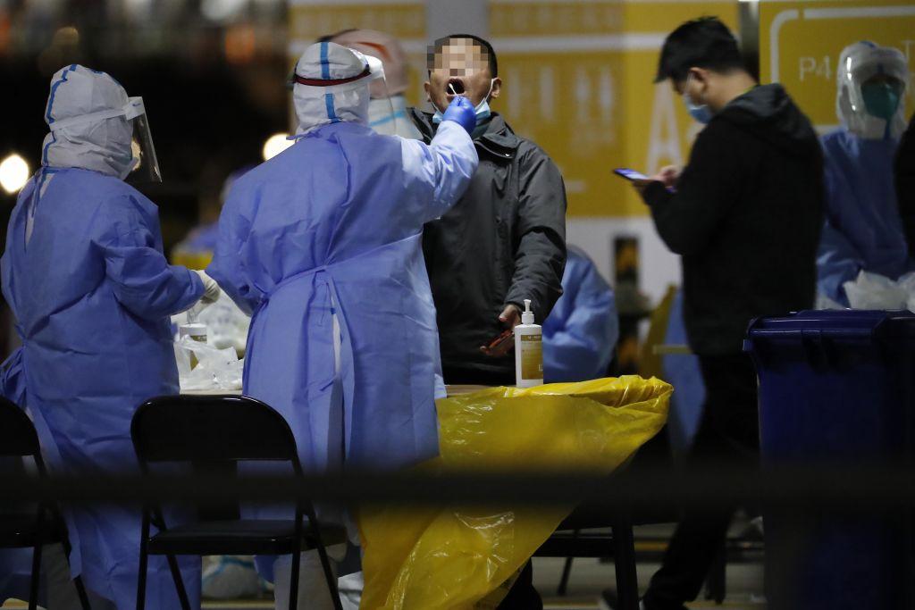 Tutto il personale di lavoro dell'aeroporto internazionale Pudong di Shangai (Cina) esegue il test dell'acido nucleico COVID-19. (Immagine: TPG tramite Getty Images)