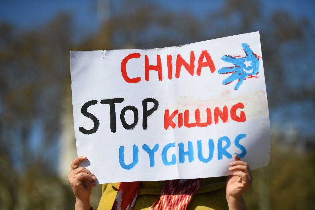 Gli Stati Uniti hanno ufficialmente dichiarato che la Cina è impegnata nel genocidio contro gli uiguri nello Xinjiang, dove vengono prodotte le scarpe Nike. (Immagine: JUSTIN TALLIS/AFP tramite Getty Images)