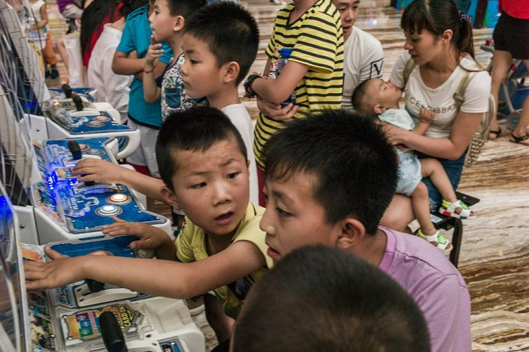 This picture taken on July 24, 2016 shows children playing video games at the world's largest building in Chengdu.