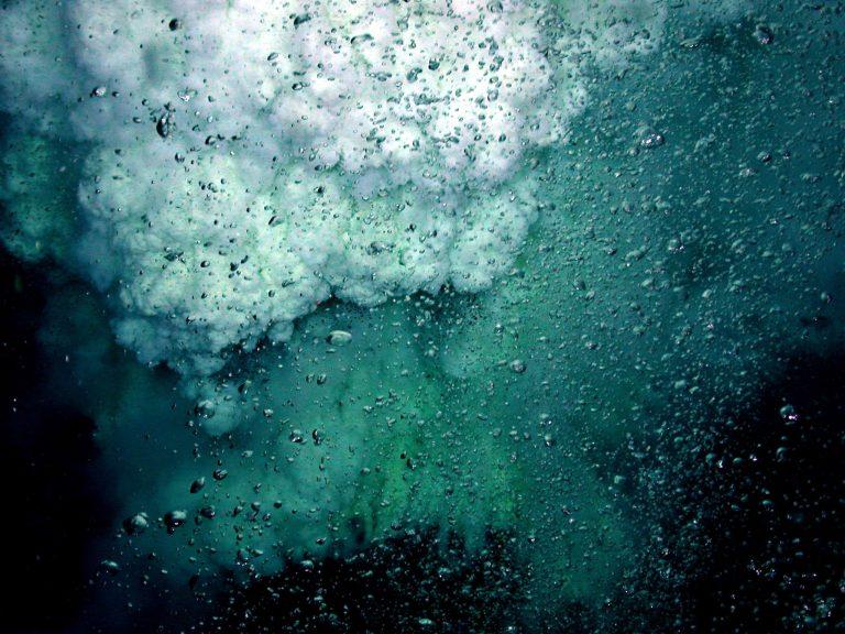 Vulcano sottomarino che rilascia goccioline liquide di anidride carbonica, con parti gialle del pennacchio contenenti minuscole goccioline di zolfo fuso. Oltre il 70% di tutte le eruzioni avviene sotto il mare. (Immagine: