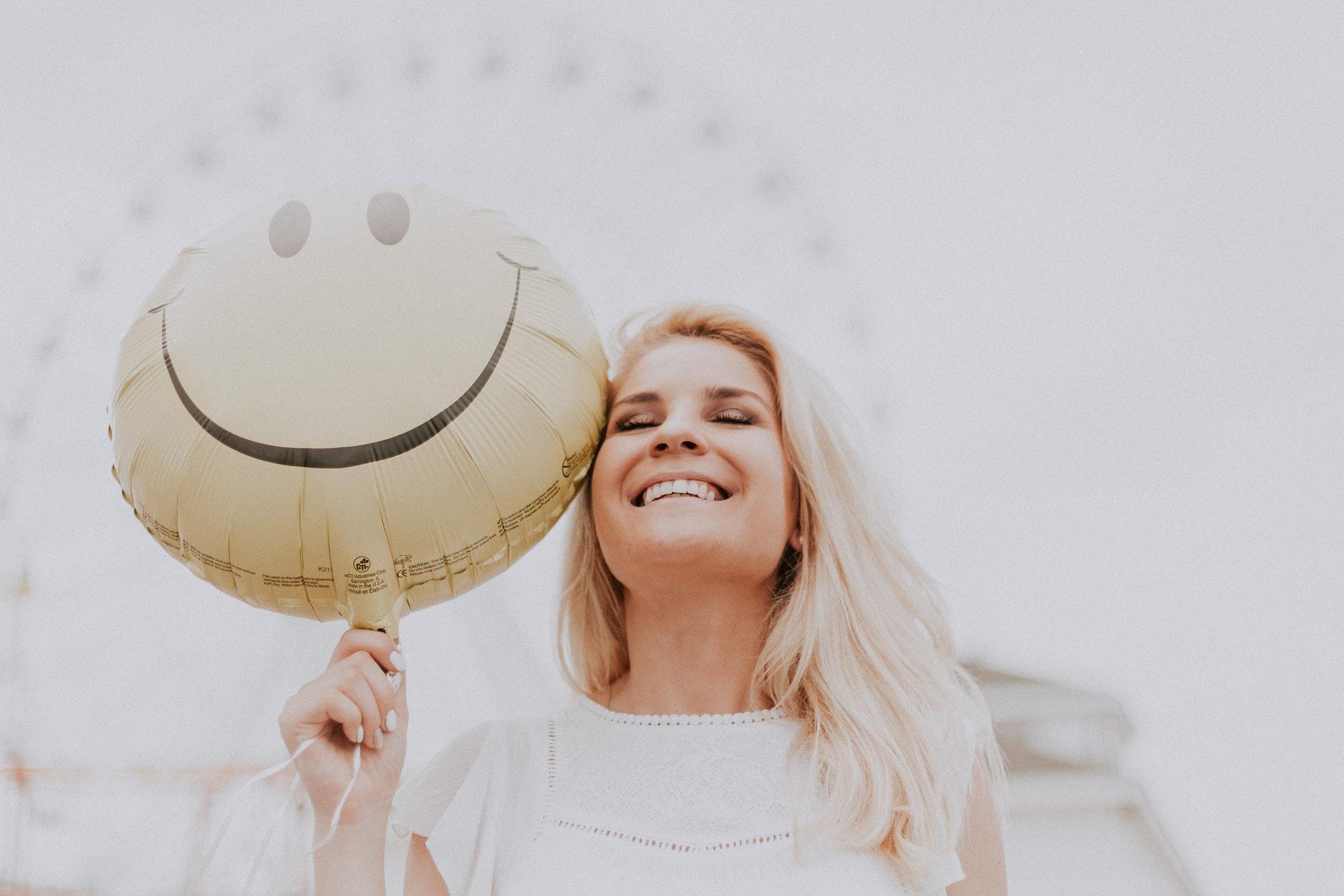 ragazza sorridente palloncino con smile