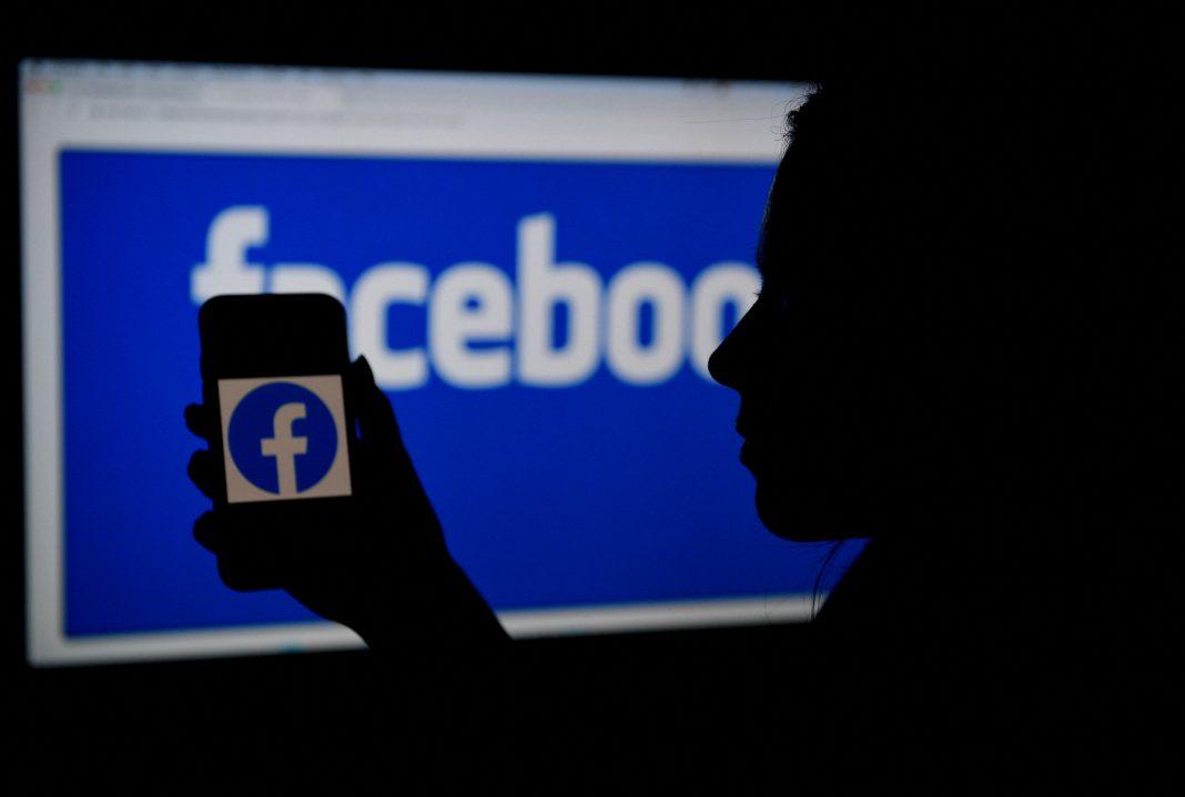 Nella foto il logo di Facebook da cellulare e da schermo. (Immagine: OLIVIER DOULIERY/AFP tramite Getty Images)