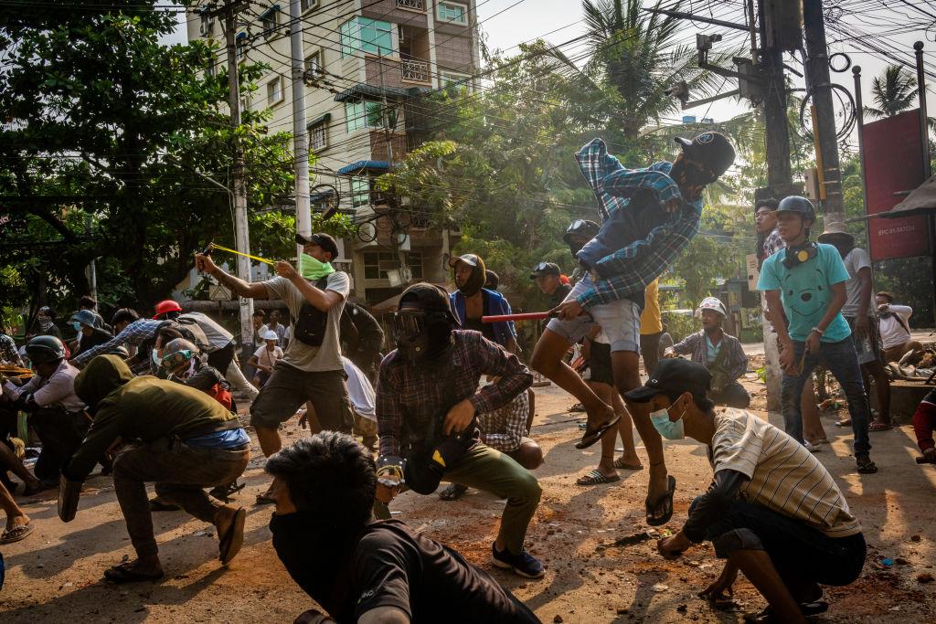 YANGON, MYANMAR - 28 MARZO: I manifestanti anti-golpe usano fionde e pietre per avvicinarsi alle forze di sicurezza il 28 marzo 2021 a Yangon, Myanmar. (Immagine: Stringer/Getty Images)