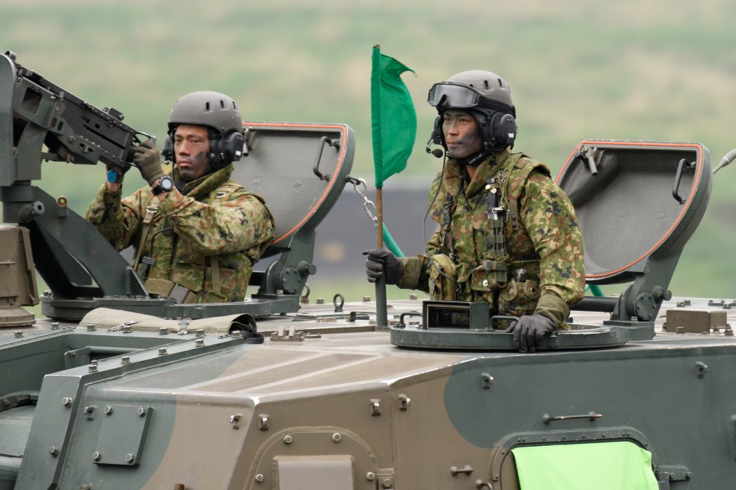 I soldati delle forze di autodifesa di terra giapponesi (JGSDF) guidano un obice semovente tipo 99 155mm durante un'esercitazione a fuoco vivo presso i campi di addestramento di JGSDF nell'area di manovra del Fuji orientale il 22 maggio 2021 a Gotemba, Shizuoka , Giappone. (Immagine: Akio Kon - Piscina/Immagini Getty)