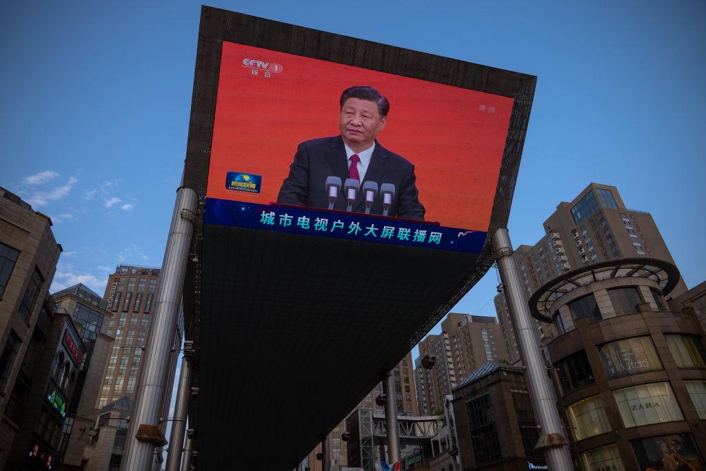 PECHINO, CINA - 30 GIUGNO: Il presidente cinese Xi Jinping presenta da un grande schermo il notiziario serale della televisione di stato cinese CCTV mentre la città si stava preparando al centenario del Partito comunista cinese del 30 giugno 2021 a Pechino, Cina. (Immagine: Andrea Verdelli/Getty Images)
